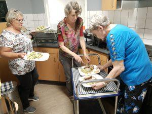 Vrijwilligers scheppen het eten op