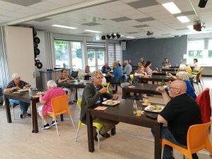 Deelnemers aan het eetcafé in wijkgebouw De Boerhoorn